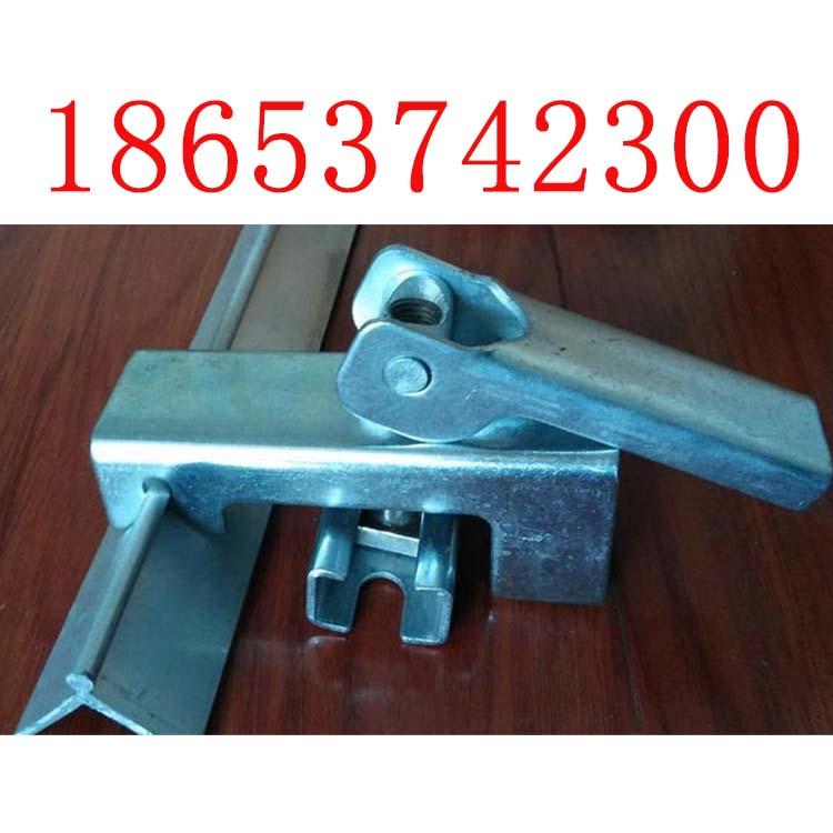 碳钢材质镀锌夹持器和角铝共同配合使用固定裙板